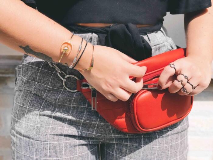 Look com Pochete Fashion Vermelha + Mix de Acessórios