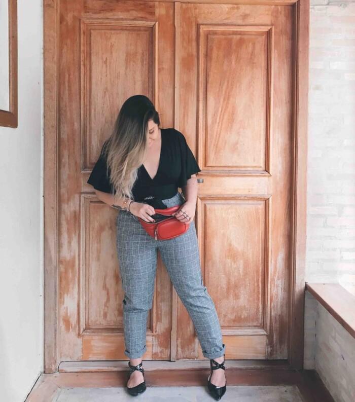 Look com Calça Xadrez + Pochete Fashion Vermelha